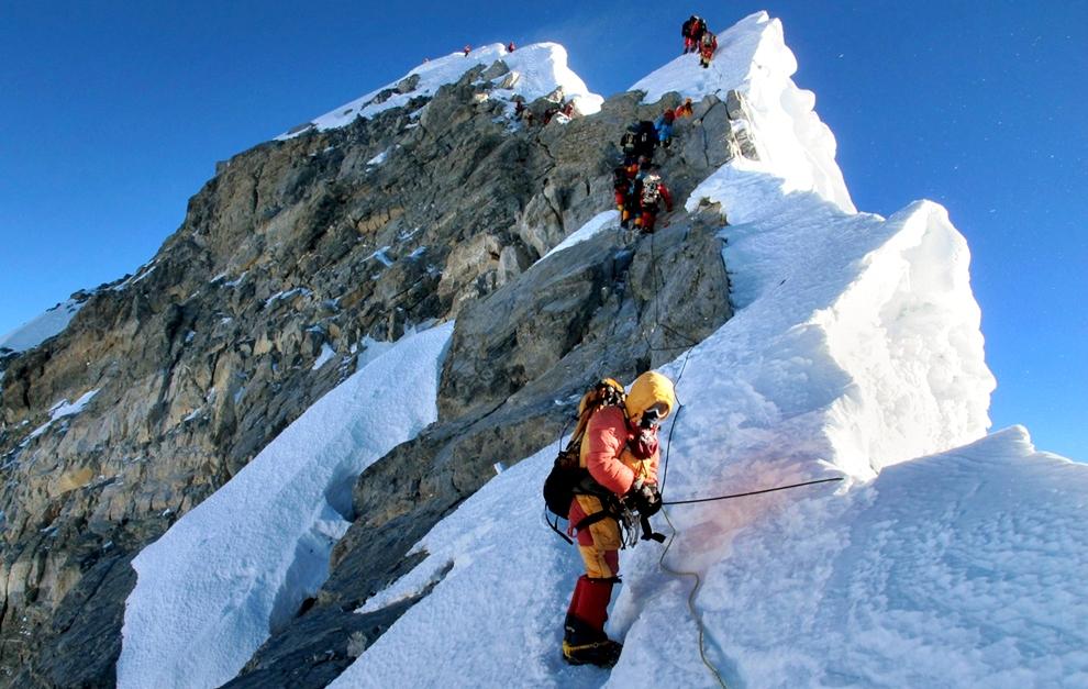 सगरमाथा चढ्न बाटो खुला, पहिलो दिनमै आठ शेर्पा चुचुरोमा