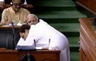 भारतको संसदमा राहुलद्वारा मोदीसँग अंकमाल