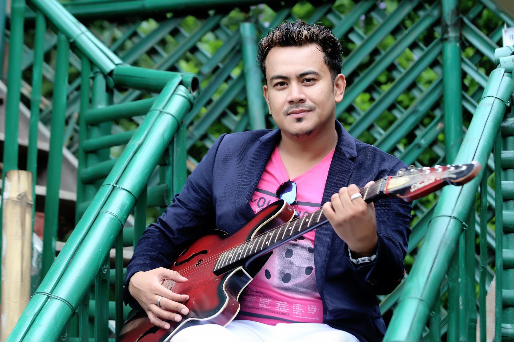 घाँसे गीतमात्रै गाएर चल्नेवाला छैन : गायक तथा मोडल दिनेश थापा
